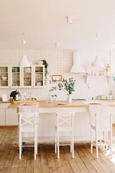 Cocina blanca moderna en estilo escandinavo