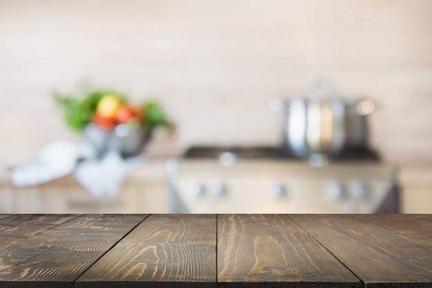 Cocina borrosa con verduras sobre la mesa. espacio para el diseño.