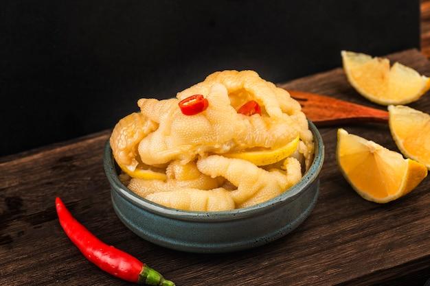 Cocina casera alitas de pollo con limón fresco