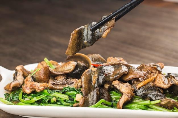 Cocina china: anguila frita con un plato de repollo