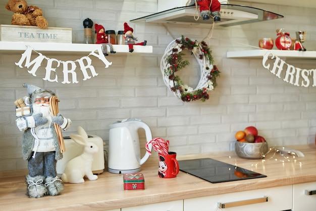 Cocina con decoración navideña