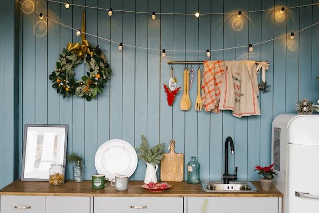 Cocina, decorada para navidad y año nuevo en tonos blancos y azules de estilo escandinavo.