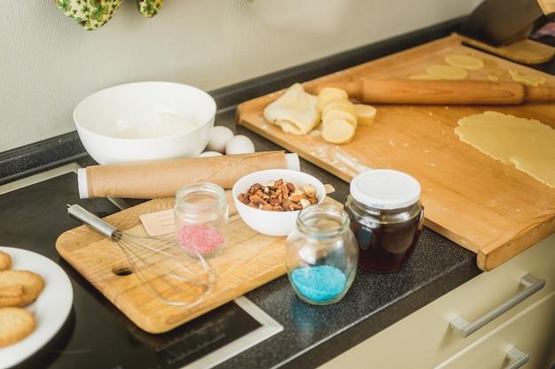 Cocina desordenada con ingredientes para hornear acostado sobre la mesa de trabajo