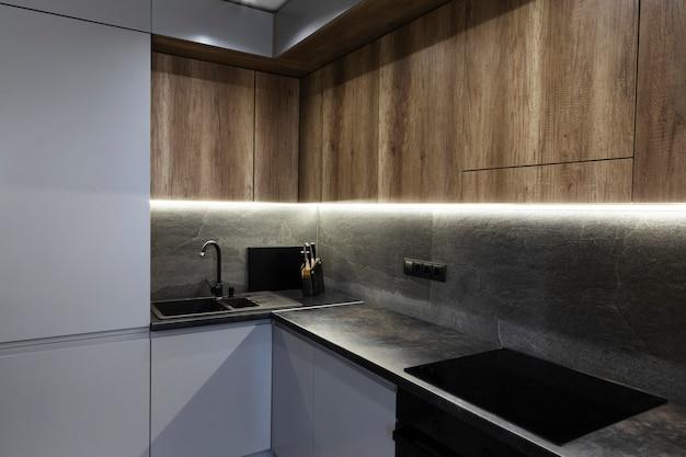 Cocina de diseño moderno con luz ambiental.