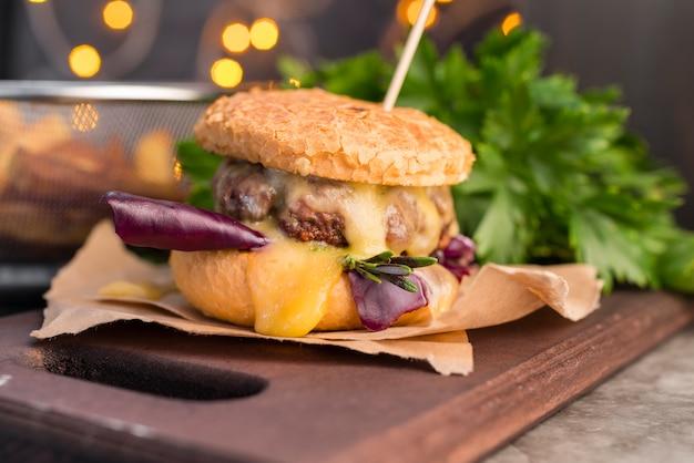 Cocina elegante con deliciosa hamburguesa