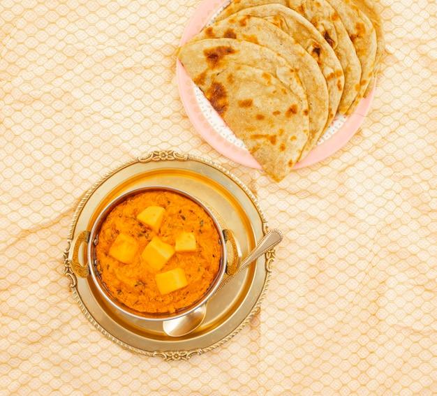 Cocina india con mantequilla de queso masala servida con tandoori roti