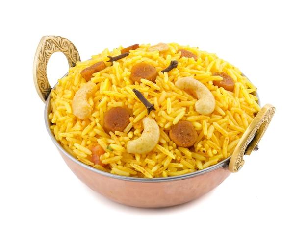 Cocina india pulao en el fondo blanco