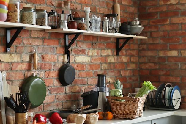 Cocina con ingredientes y herramientas.