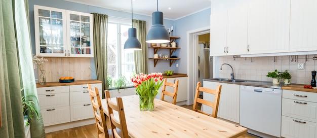Cocina interior con muebles.
