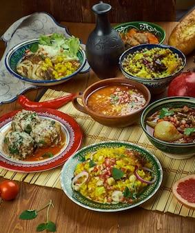 Cocina iraní: platos tradicionales variados de persia, vista superior.