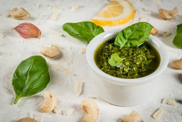 Cocina italiana y mediterránea. salsa de pesto con ingredientes