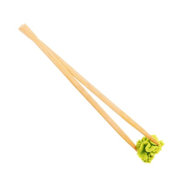 Cocina japonesa asia comida wasabi en palillos de madera aislado sobre fondo blanco.