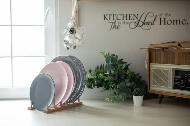 Cocina luminosa y acogedora con platos y una ventana luminosa en la decoración navideña