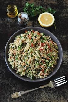 Cocina del medio oriente. ensalada saludable con bulgur, perejil y verduras.