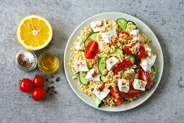 Cocina del medio oriente. ensalada vegetariana con bulgur, verduras y queso feta. ensalada árabe brillante fresca. ensalada tabulé.