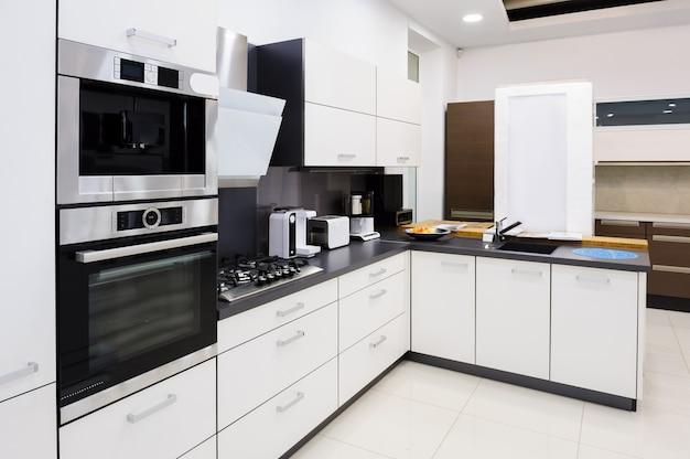 Cocina moderna de alta tecnología, diseño interior limpio