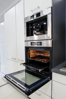 Cocina moderna de alta tecnología, horno con puerta abierta