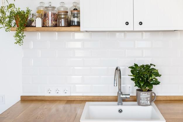 Cocina moderna blanca de estilo escandinavo.