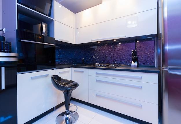 Cocina moderna brillante con silla vacía negra Foto Premium