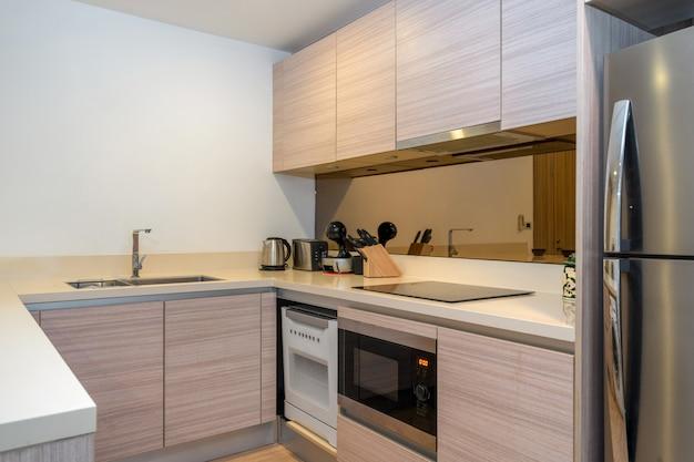La cocina moderna y empotrada en el apartamento y la villa cuenta con horno, campana y cocina