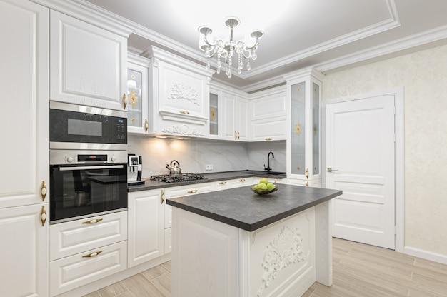 Cocina moderna de lujo blanca con isla