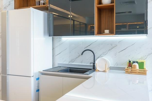 Cocina moderna y luminosa con electrodomésticos de acero inoxidable. diseño de interiores.