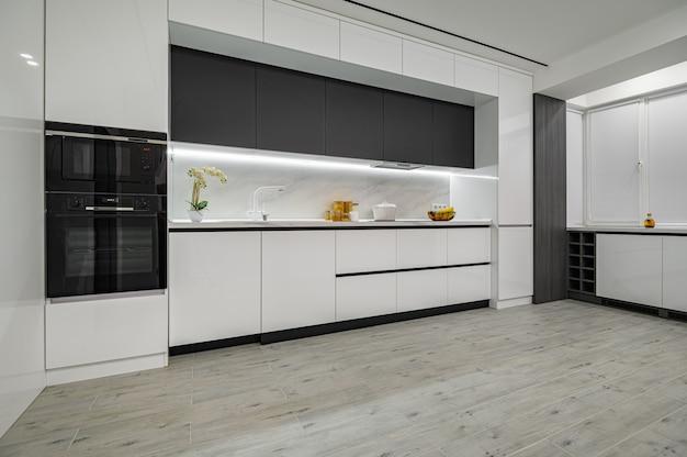 Cocina moderna de mármol blanco y negro de lujo