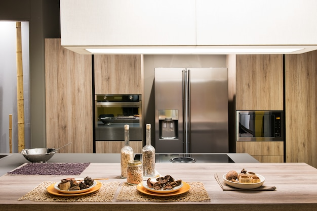 Cocina moderna con muebles de madera.
