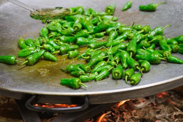Cocina de un plato tradicional español paella.