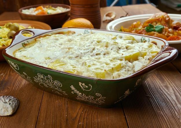 Cocina portuguesa - bacalhau com natas, platos tradicionales de portugal, vista superior.