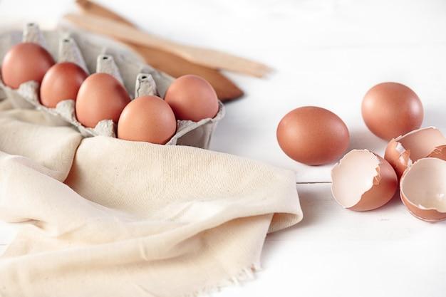Cocina rústica con huevos
