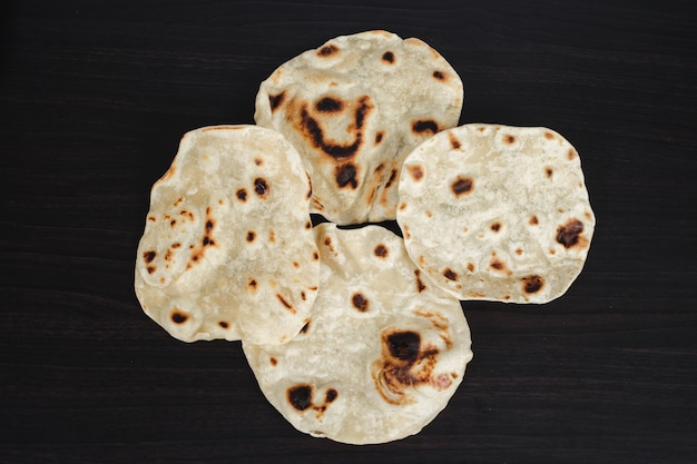 Cocina tradicional india chapati casero hecho para comida de dieta.