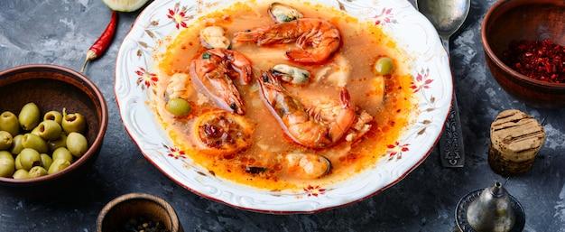 Cocina tradicional tailandesa. tom yum goong. sopa picante de camarones
