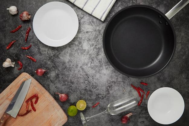 La cocina vacía platos y pan