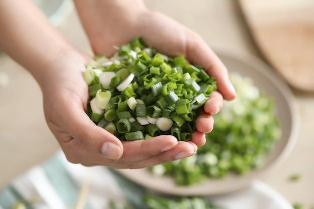 Cocinando. el chef está cortando verduras en la cocina.