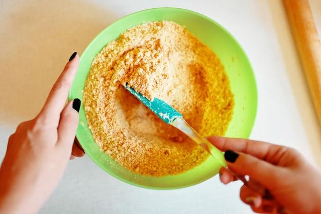 Cocinando. preparación de masa en un bol.