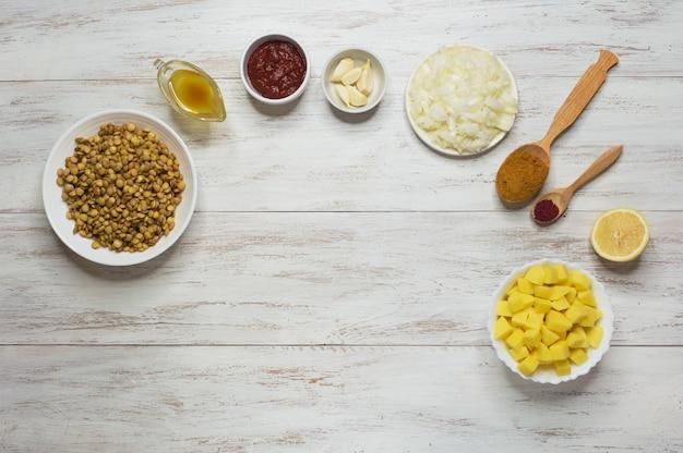 Cocinar adasi, estofado de lentejas persa. conjunto de ingredientes sobre una mesa blanca. comida árabe