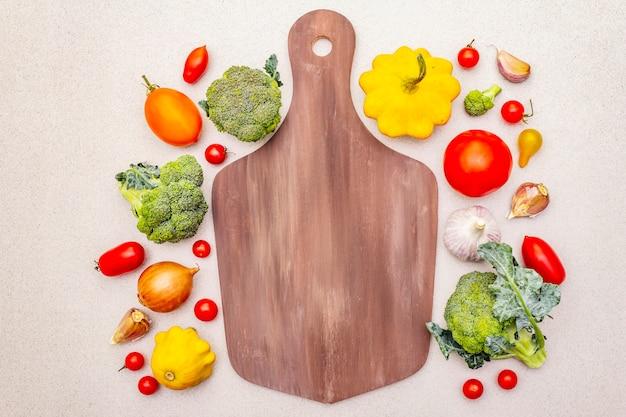 Cocinar alimentos con verduras frescas. cosecha de otoño, preparación concepto de comida saludable