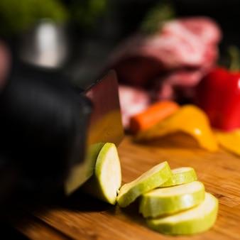 Cocinar el calabacín de corte sobre tabla de madera