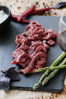 Cocinar carne cruda