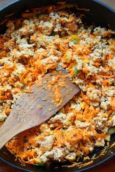 Cocinar en casa cocina carne de pollo guarnición cocinar freír carne picada con verduras