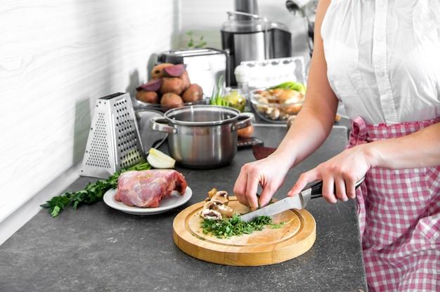 Cocinar en la cocina con partes del cuerpo