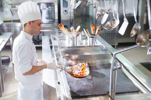 Cocinar cocineros en un restaurante.