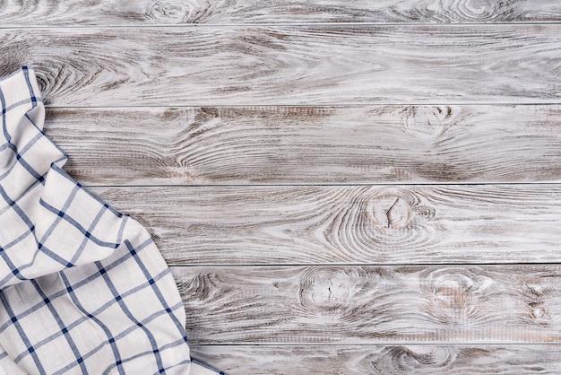 Cocinar comida o pizza mesa de madera con textil azul y blanco.
