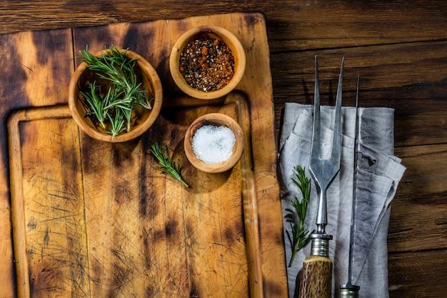 Cocinar el concepto de fondo. vintage tabla de cortar con cubiertos. vista superior