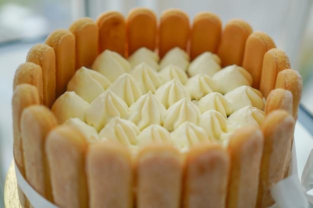 Cocinar y decorar la tarta de tiramisú en casa por un maestro.