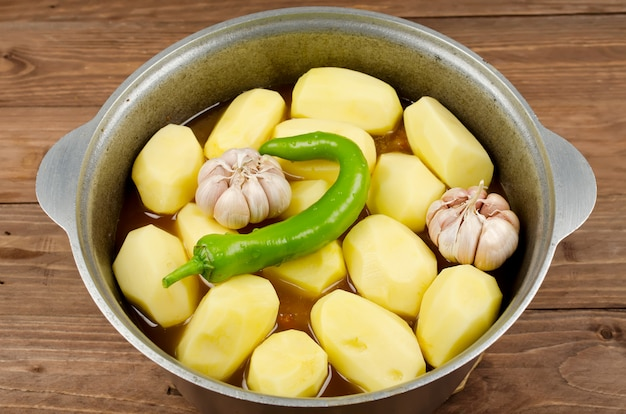Cocinar estofado a fuego lento con tierna carne de cordero, papas y verduras