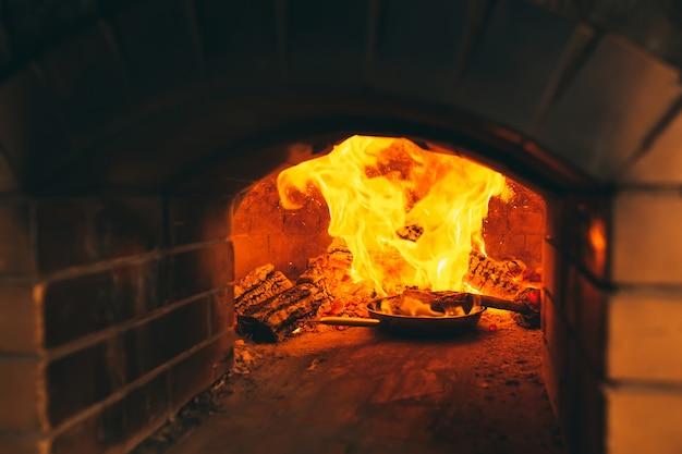 Cocinar filete en un horno de piedra.