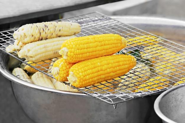 Cocinar el maíz en el mercado.