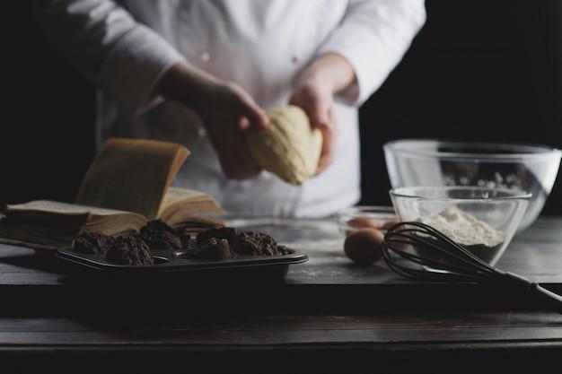 Cocinar las manos amasando la masa.